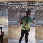 """คุณครูในประเทศกาน่า สอนเด็กๆ ใช้ """"MS Word"""" บนกระดานดำ จนได้รับบริจาคคอมพ์จริงๆ"""